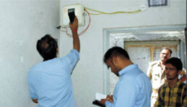 જામનગરમાં વીજ ચેકીંગ:ચેકીંગ દરમ્યાન સાડા ચૌદ લાખની વીજચોરી ઝડપાઇ...
