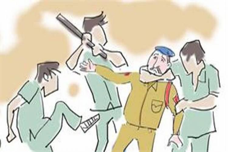 રેઇડ કરવા ગયેલ મીઠાપુર પોલીસ પર હુમલો..