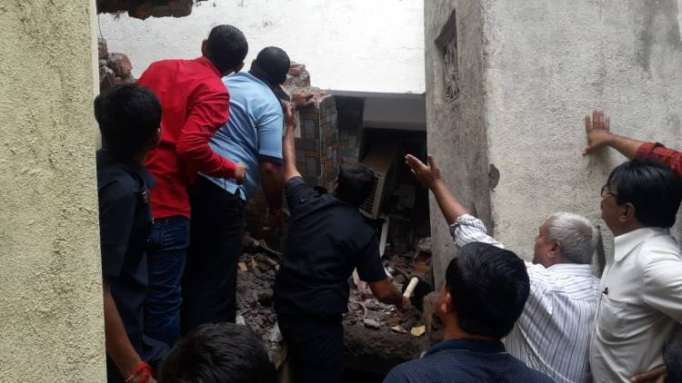 જામનગર: દેવુભાના ચોકમાં એક મકાન પડ્યું ત્રણ લોકો દબાયા