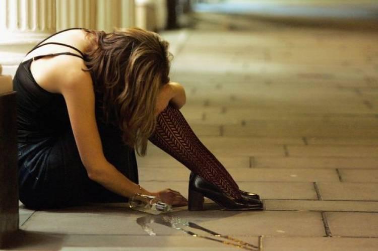 નશામા ચુર યુવતીએ મચાવી ધમાલ, રૂમપાર્ટનરે જ પોલીસને કર્યો ફોન