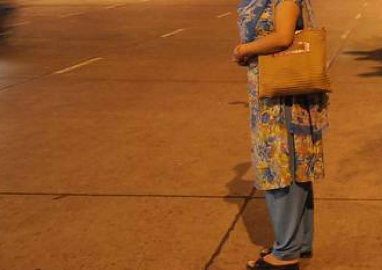 મીઠાપુરમાં શિક્ષિકા રિક્ષાની રાહ જોઈને ઉભી હતી, બે શખ્સો આવી ચઢ્યા અને...