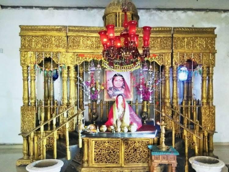 અહીં પતિએ પત્નીની યાદમાં બંધાવ્યું છે મંદિર, રોજ કરે છે પૂજા